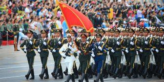 新华社照片,北京,2015年8月23日 纪念中国人民抗日战争暨世界反法西斯战争胜利70周年大会专项演练顺利举行 这是参加演练的三军仪仗队(8月23日摄)。 8月22日夜间至23日上午,纪念中国人民抗日战争暨世界反法西斯战争胜利70周年大会专项演练在北京天安门地区及长安街沿线举行。 参加演练的人员精神饱满,所有演练过程顺利有序,各项演练取得预期效果,为进一步做好纪念大会的各项组织工作积累了经验。3.5万余名各界观众现场观看了演练。 新华社记者 李刚 摄